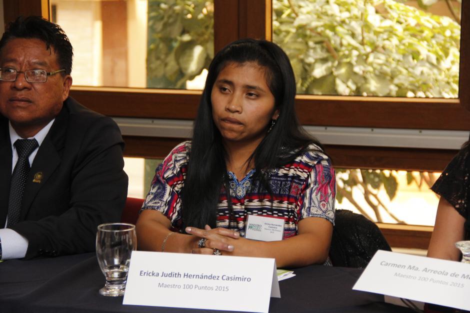 Ericka Judith Hernández enseña K'iche a alumnos que sólo hablan castellano.(Foto: Jorge Raúl Sente/Soy502)
