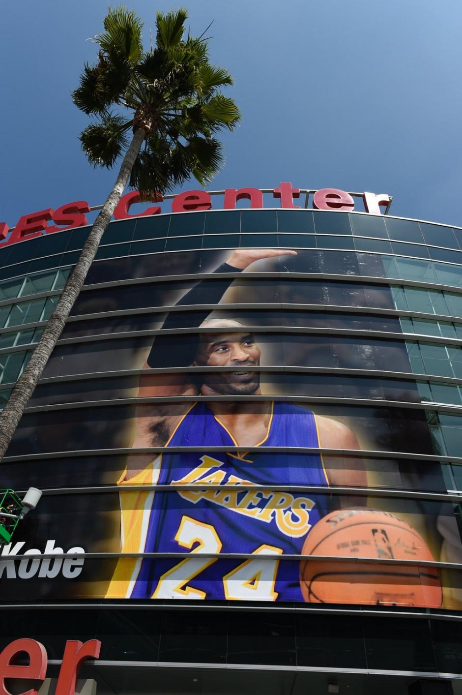 La fachada del Staples Center anuncia el adiós de Kobe. (Foto: Staples Center)