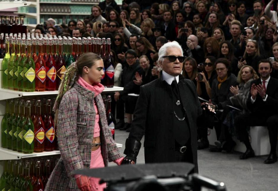 """Karl Lagerfeld fue aplaudido por dar paso libre de nuevo a los """"tenis"""" en su colección. (Foto: NowFashion)"""