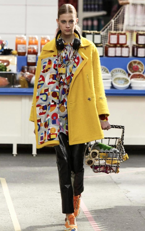 Los tonos fuertes no pueden faltar en una colección tan relajada como la que propone Chanel. (Foto: NowFashion)