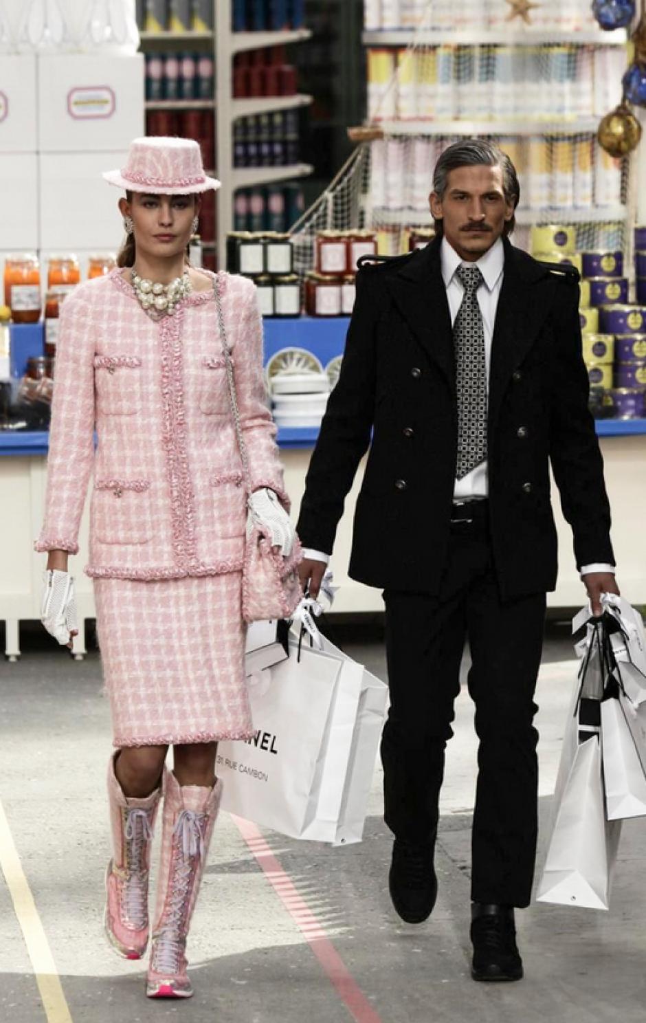 El supermercado fue el marco que el diseñador Karl Lagerfeld. (Foto: NowFashion)