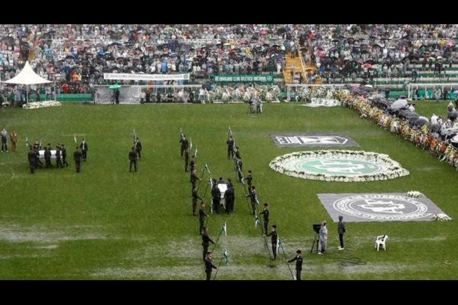 50 de las 71 víctimas mortales recibió un homenaje en el estadio Arena Condá del Chapecoense. (Foto: Infobae)