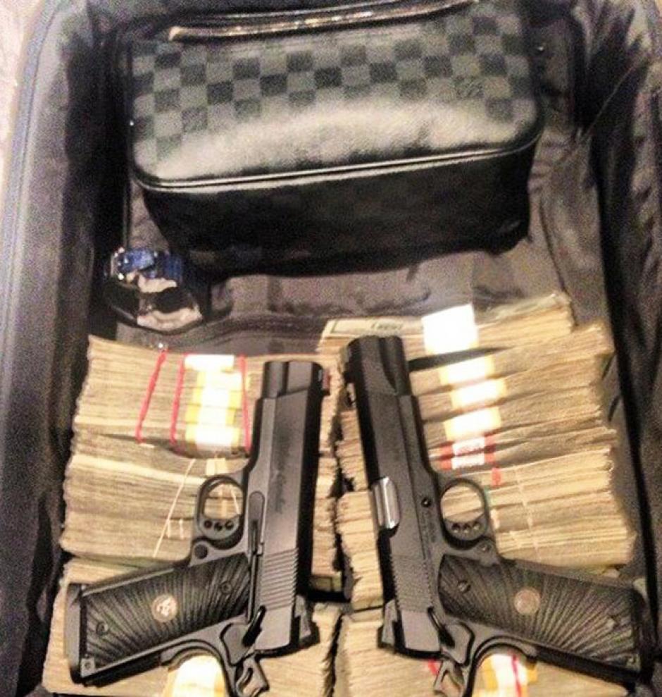 Armas y fajos de dinero no faltan. (Foto: excelsior.com.mx)