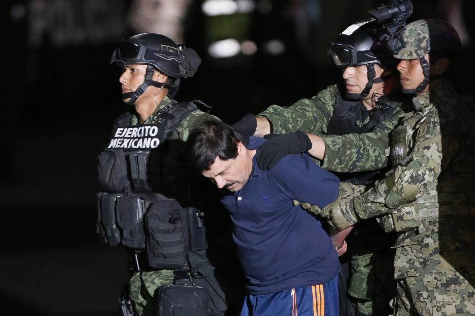 Soldados del Ejército mexicano conducen a El Chapo Guzmán hacia la aeronave donde fue trasladado a la cárcel de El Altiplano. (Foto: Efe)