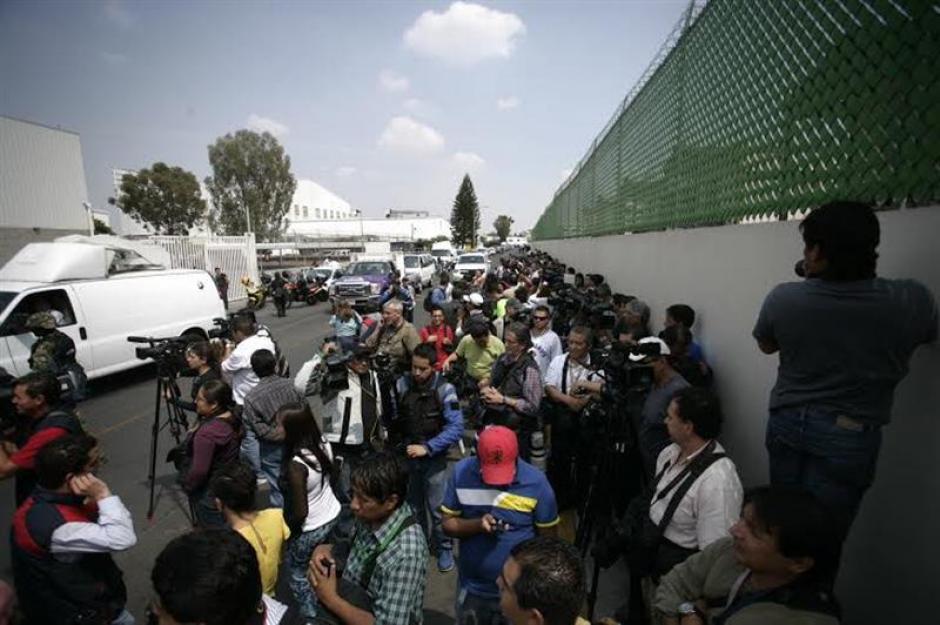 """Periodistas de méxico y todo el mundo esperaban que """"El Chapo"""" Guzmán fuese trasladado y presentado; pero, esto no ocurrió. Los medios a penas puedieron fotografiarle. (Foto: EFE)"""