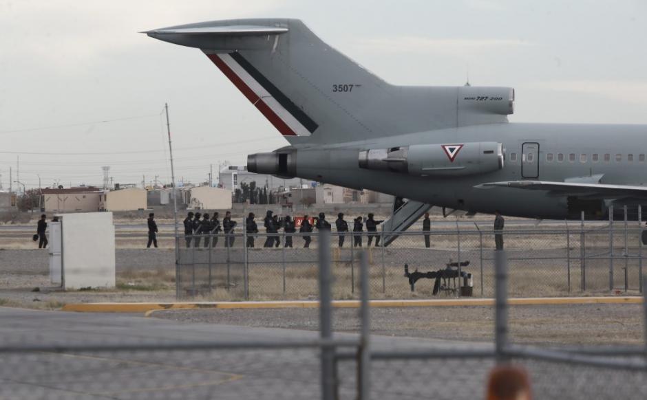 El Chapo vestía pantalón y chaqueta beige y lucía el cabello corto durante su extradición. (Foto: www.infobae.com)