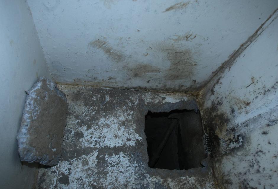 """Este fue el agujero por donde se fugó """"El Chapo"""" Guzmán. (Foto: Agencias)"""