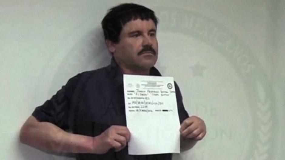 """""""El Chapo"""" sostiene un documento policial de su captura. (Foto: Archivo)"""