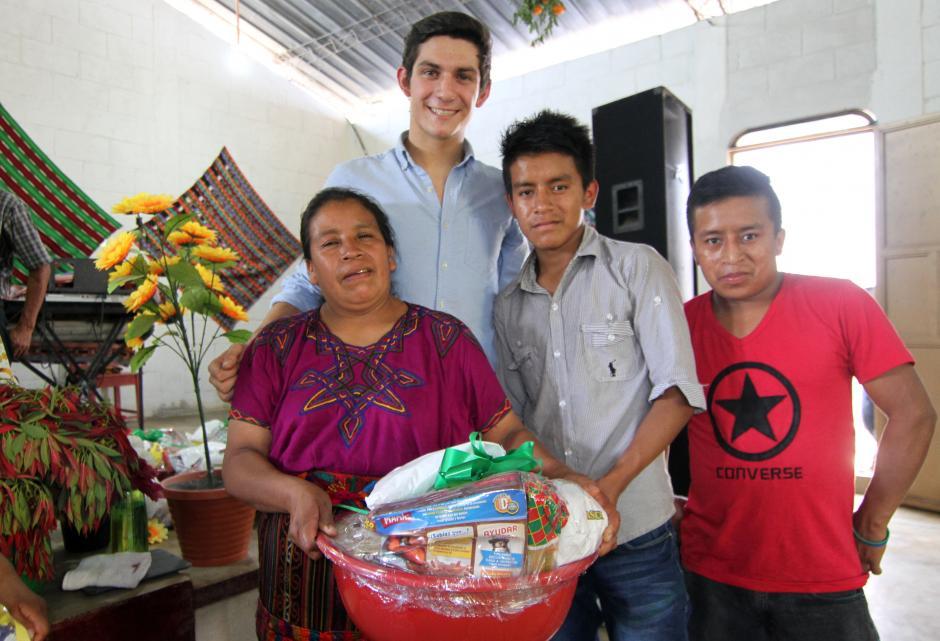 El pentatleta guatemalteco, Charles Fernández, compartió con los habitantes de la comunidad maya El Tabacal. (Foto: Luis Barrios/Soy502)