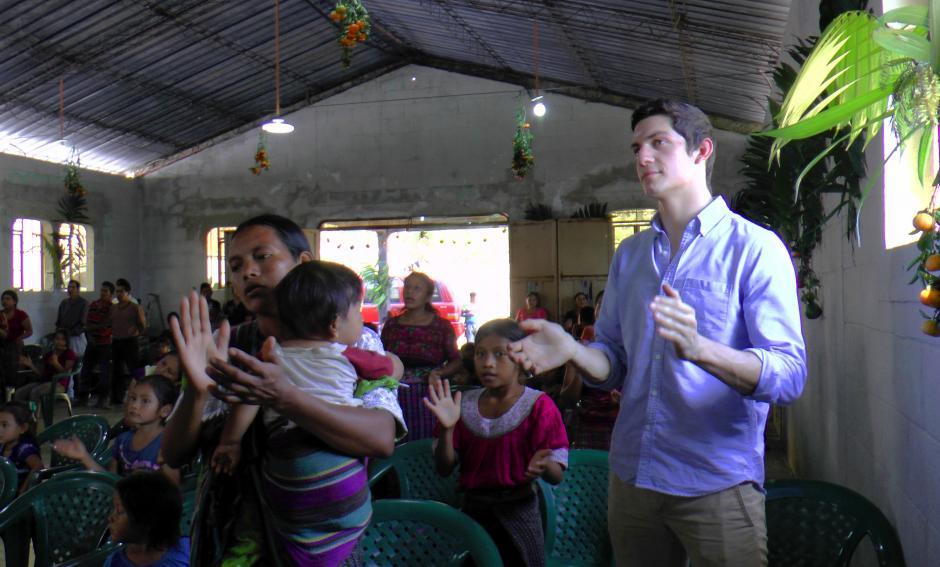 Charles Fernández en el servicio en la iglesia de la comunidad El Tabacal. (Foto: Luis Barrios/Soy502)