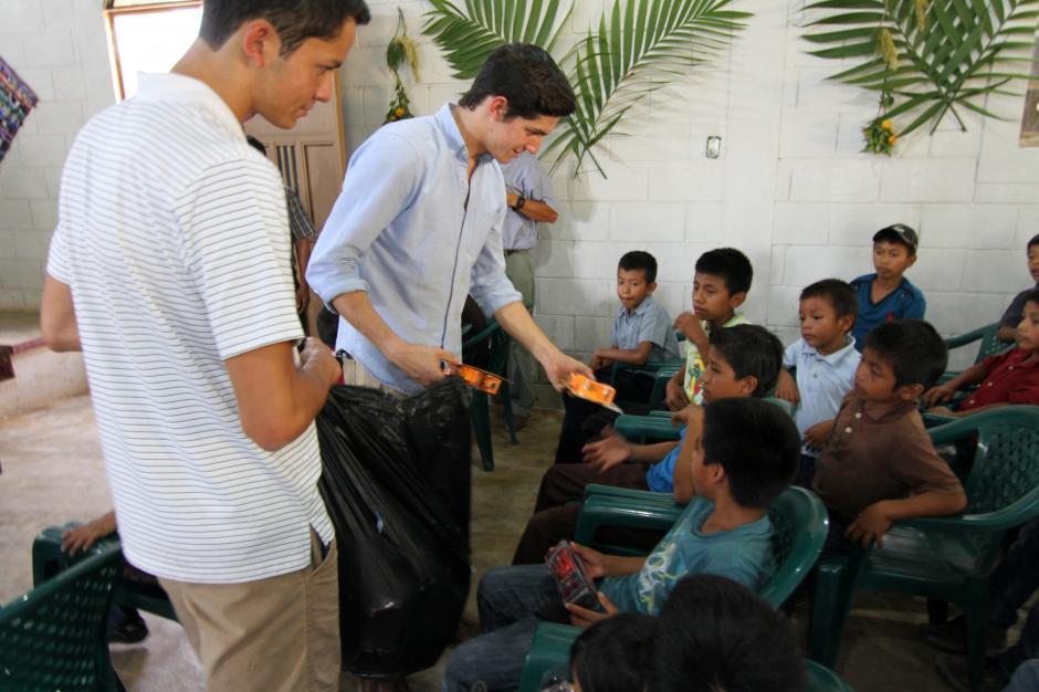 Charles Fernández y su hermano Danny compartieron dulces y juguetes con los niños de la comunidad maya El Tabacal. (Foto: Luis Barrios/Soy502)