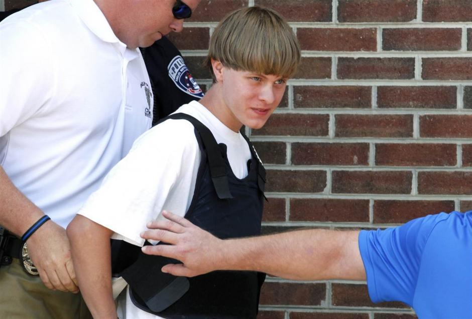 El 17 de junio,Dylann Roof de 21 años de edad, fue capturado por haber realizado untiroteo en una iglesia de Charleston, en Carolina del Sur, Estados Unidos. El ataque dejó a nueve personas de color fallecidas en el lugar, lo cual conmocionó al mundo. (Foto: nbcbews.com)