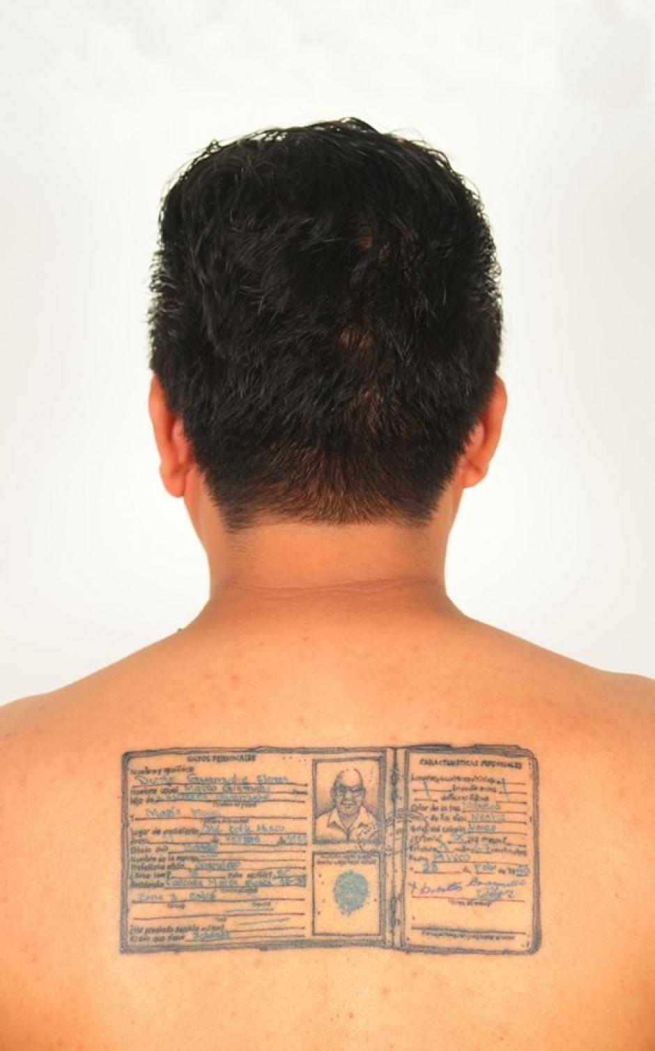 Chavajay se tatuó la cédula de vecindad del deportista Doroteo Guamuch Flores en la espalda. (Foto: Benvenuto Chavajay)