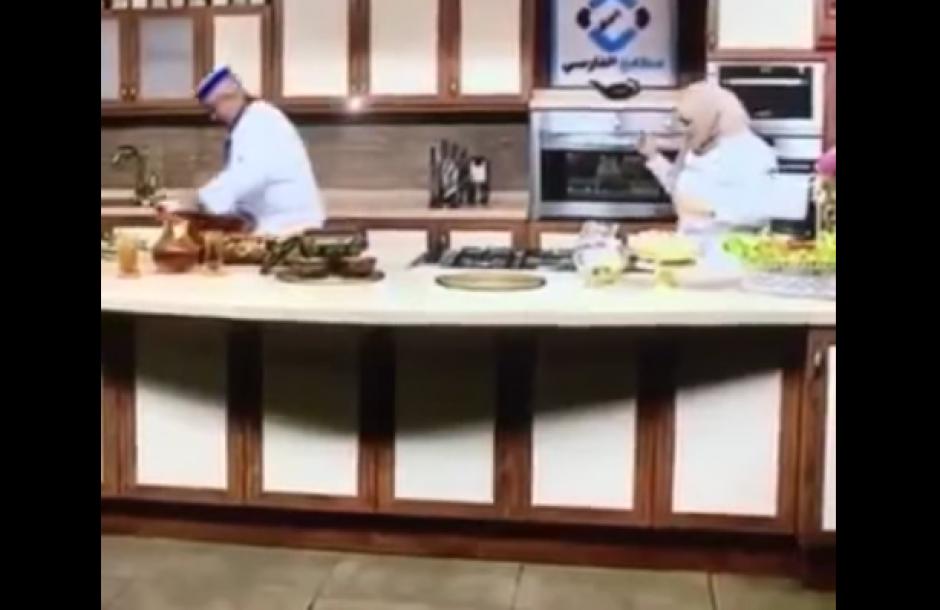 Después del incidente el chef caminó hacia un lado de la cocina para limpiarse. (Foto: YouTube)
