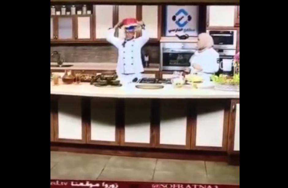El chef volteó la olla sobre su cabeza como parte de la receta. (Foto: YouTube)