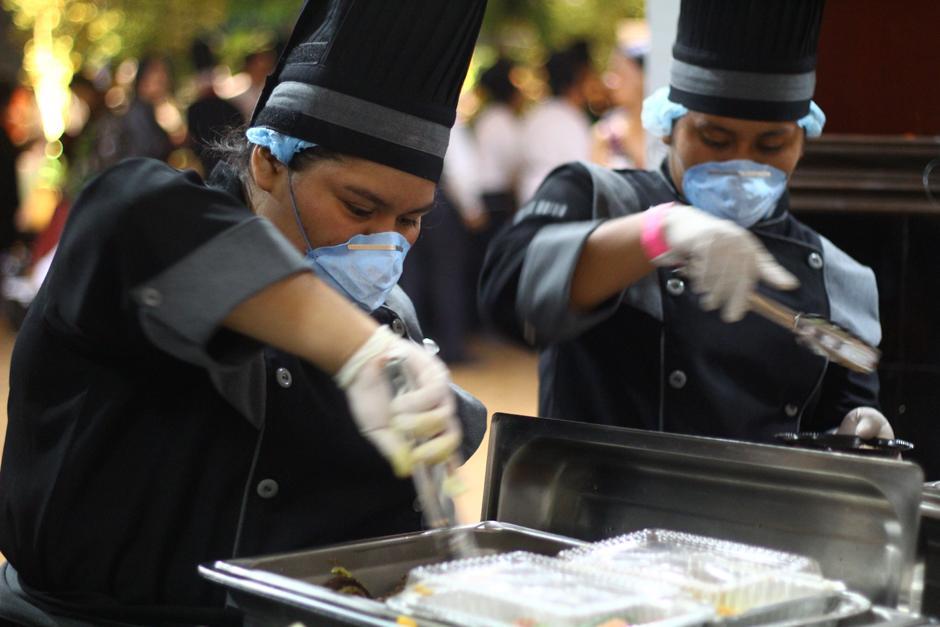 Cientos de comensales degustaron los más de 400 platillos que los chefs prepararon. (Foto: Alexis Batres/Soy502)