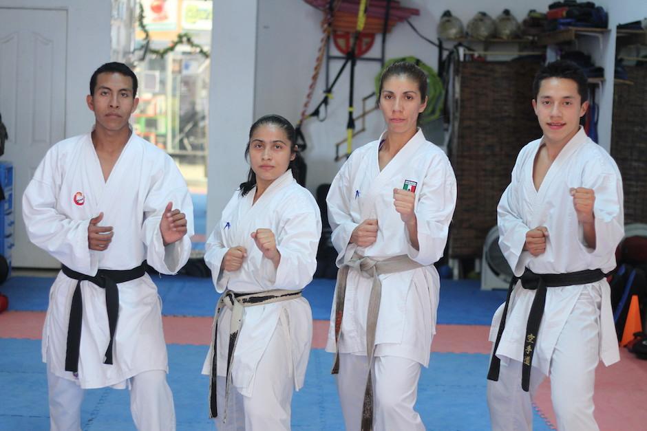 """Cheili González imparte clases de karate a niños y jóvenes en su """"dojo"""" ubicado en la plaza Outlet Majadas. Foto: Luis Barrios/Soy502)"""