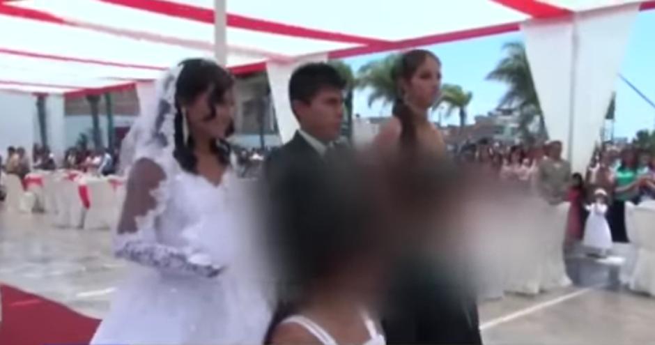Mientras la mujer estaba atrás, detenida por los familiares del novio, la pareja se casó. (Imagen: captura de YouTube)