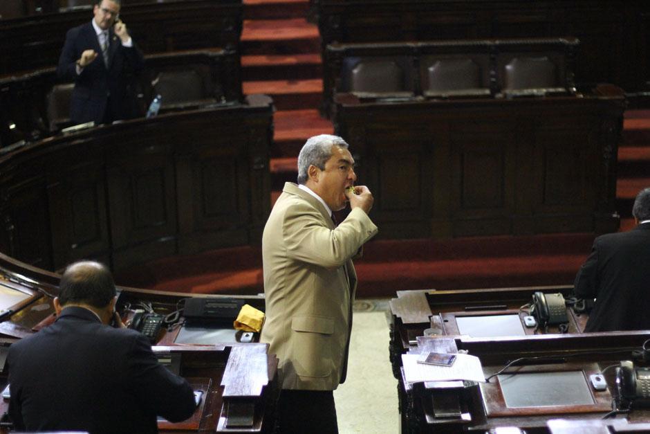 El diputado oficialista, Marvín Díaz, corrió a una olla de chicharrones que compartieron los legisladores de URNG con los pocos que quedaban en el hemiciclo. (Foto: Alexis Batres/Soy502)