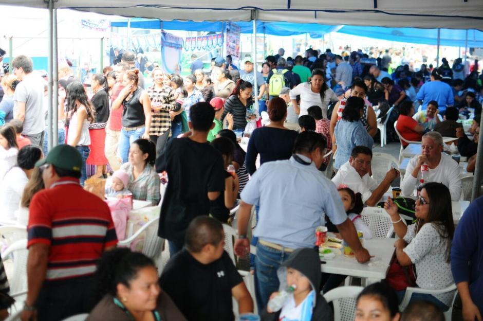 Masiva alfuencia de comensales en la Feria del Chicharrón. (Foto: Alejandro Balán/Soy502)