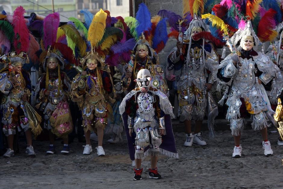 """Los primeros rayos de luz resaltan la melancolía los bailes como el """"Torito"""" y """"Los Conquistadores"""". (Foto: Esteban Biba/ EFE)"""