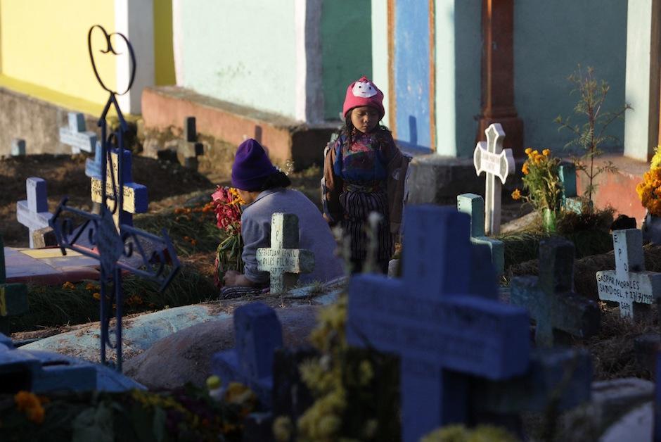 Familias se reúnen para dar una ofrenda a sus seres queridos. (Foto: Esteban Biba/EFE)