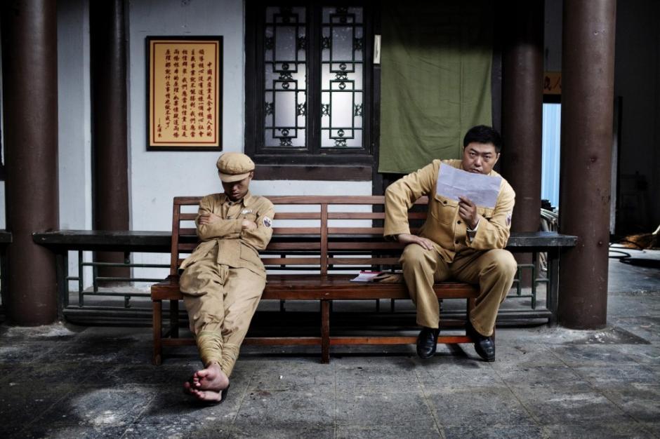 Unos actores descansan previo a salir a escena en el estudio Hengdian World Studios, en China. (Foto: Giulio Di Sturco/National Geographic)