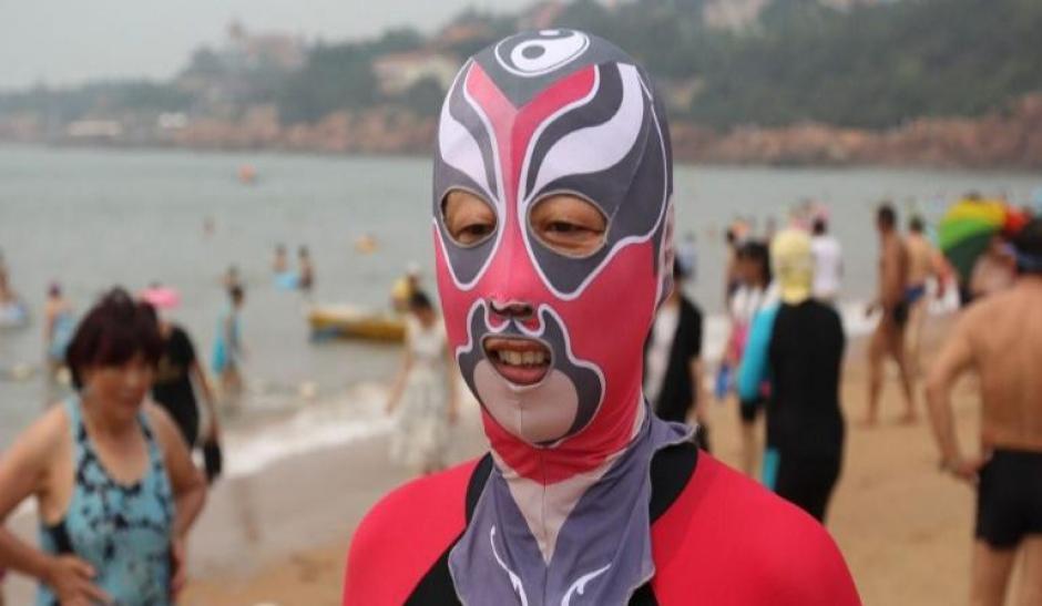 """El """"facekini"""" es un tipo de máscara de nilón que se usa para proteger el rostro del sol y de picadas de aguavivas que gana popularidad. (Foto: El Nuevo día)"""
