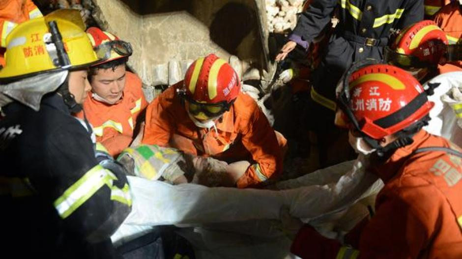 Este es el momento en el que los socorristas rescataron a la niña de tres años. (Foto: AFP)