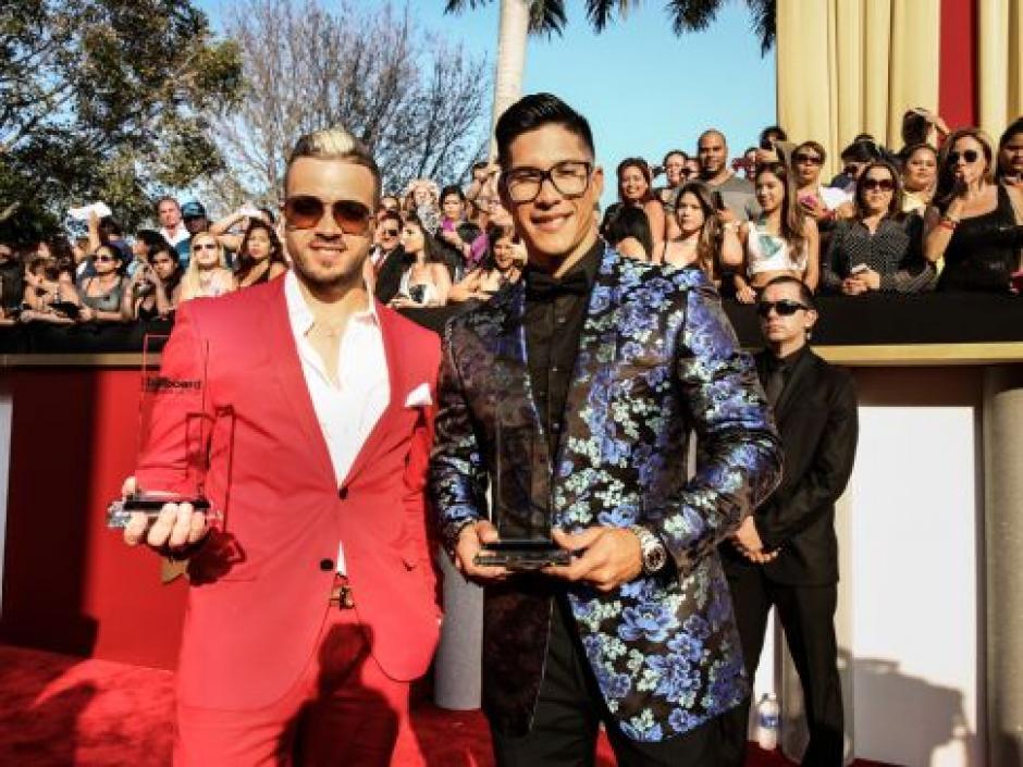 Chino & Nacho reciben el galardón durante el show de la alfombra roja. (Foto: Telemundo)