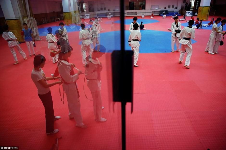 Práctica de taekwondo en la escuela de deportes Shichahai en Beijing. (Foto: dailymail.co.uk)