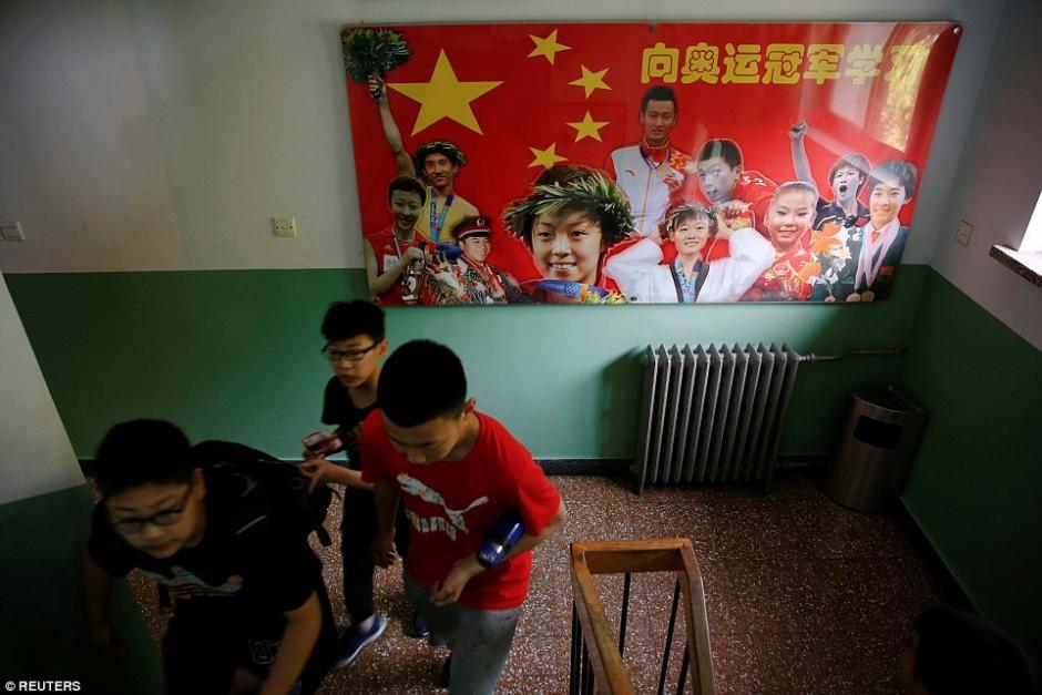 Al fondo se observa un cártel de ex estudiantes de la escuela deportiva Shichahai que se convirtieron en campeones olímpicos. (Foto: dailymail.co.uk)