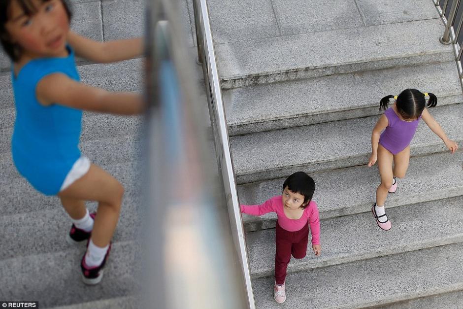 Las futuras gimnastas aprovechan un descanso durante el entreno. (Foto: dailymail.co.uk)