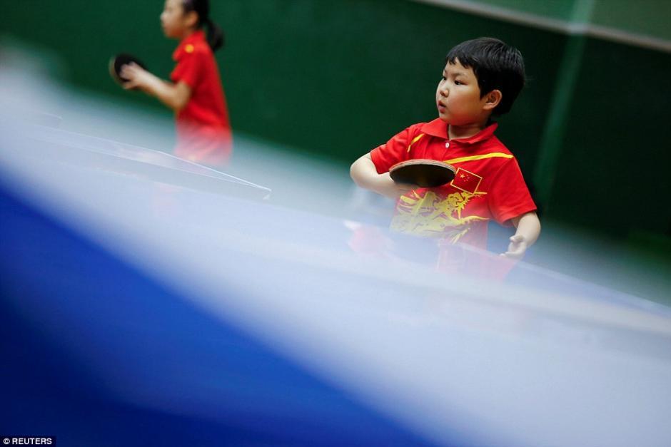 Práctica de tenis de mesa en la escuela de deportes en Beijing Shichahai. (Foto: dailymail.co.uk)