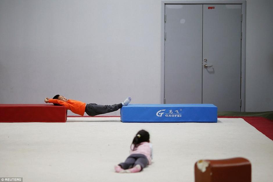 Niño captado durante una clase de gimnasia. (Foto: dailymail.co.uk)