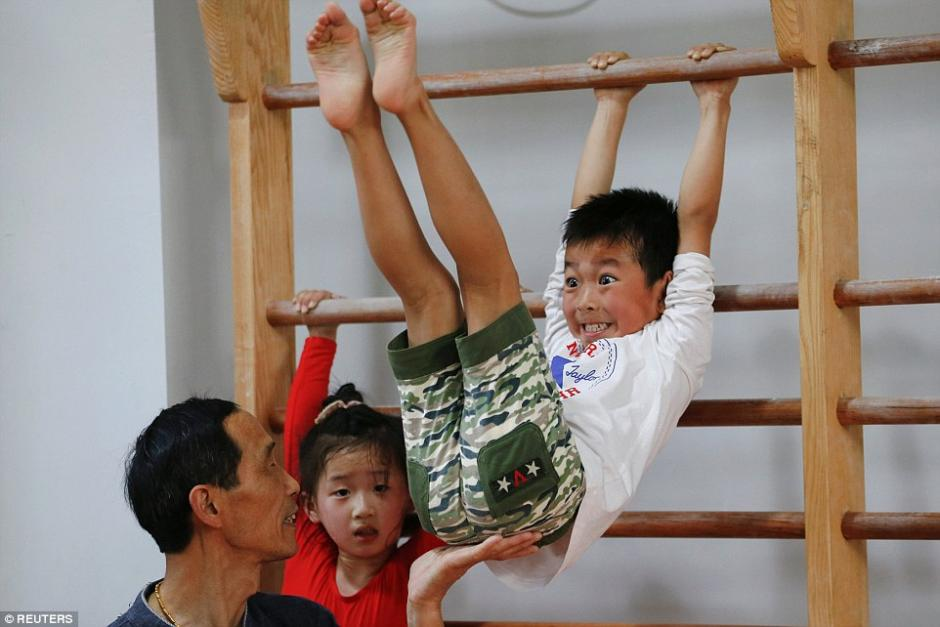 Gestos de un pequeño estudiante de gimnasia. (Foto: dailymail.co.uk)