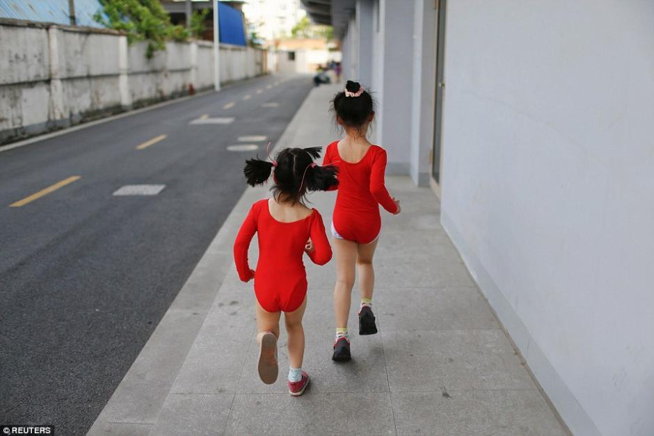 Las niñas corren hacia un baño durante un descanso de la clase de gimnasia en su escuela. (Foto: dailymail.co.uk)