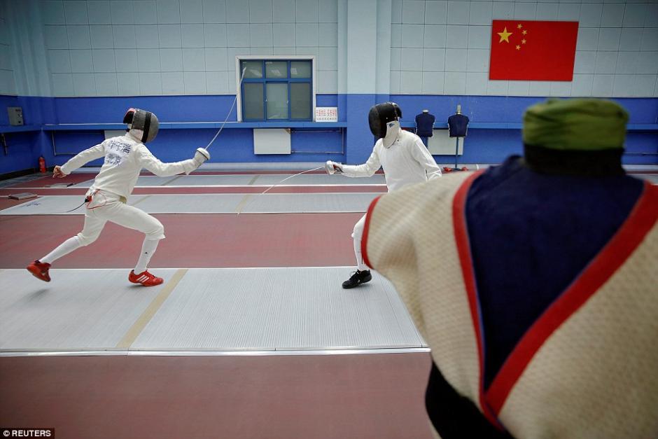 Estudiantes practican esgrima en la escuela deportiva Shichahai en Beijing. (Foto: dailymail.co.uk)