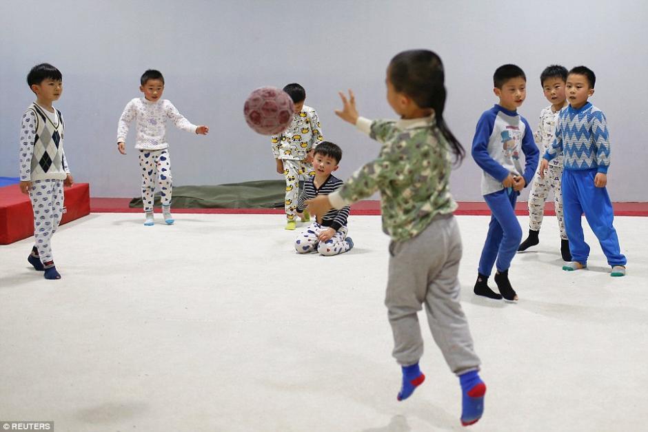Estudiantes de gimnasia juegan durante un receso de la práctica. (Foto: dailymail.co.uk)