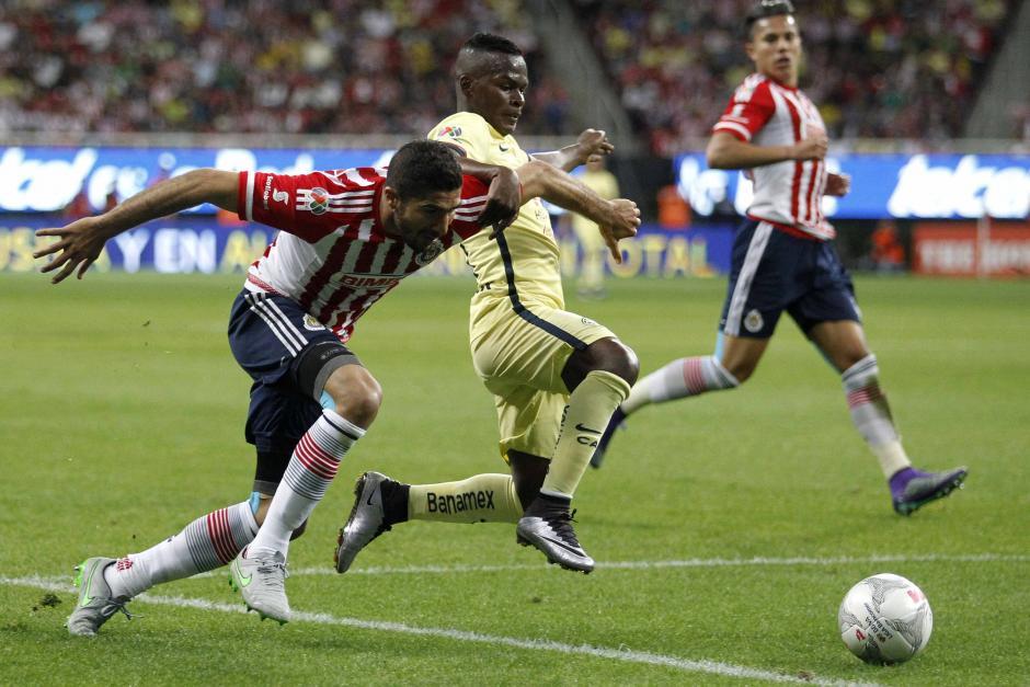 Chivas batalló hasta el último minuto del juego, se repusieron ocho minutos, pero no les alcanzó. (Foto: EFE)