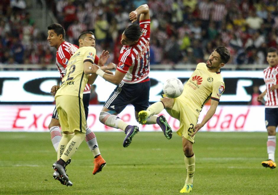 América sacó ventaja en el clásico y pelea en la parte alta en el fútbol mexicano. (Foto: EFE)