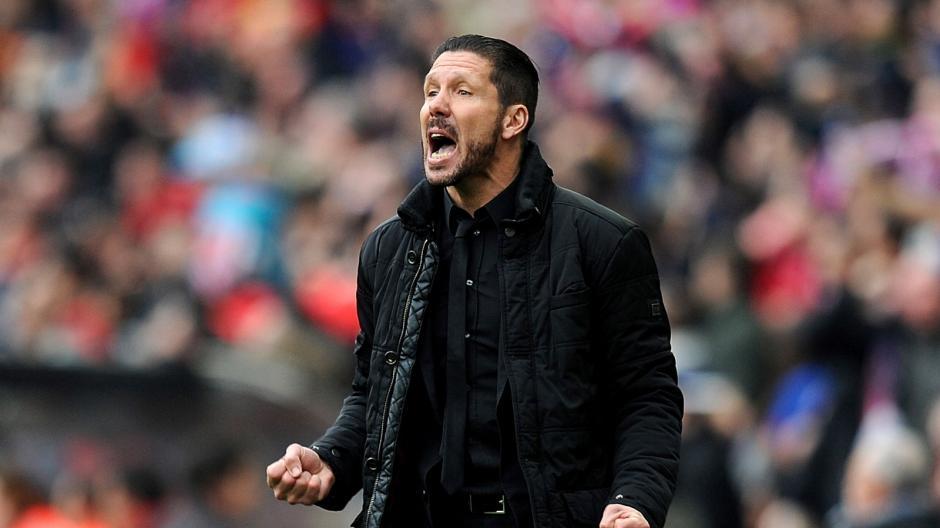 """El """"Cholo"""" Simeone pide que lancen el balón al terreno de juego lo que provocó su expulsión. (Foto: worldsoccertalk.com)"""