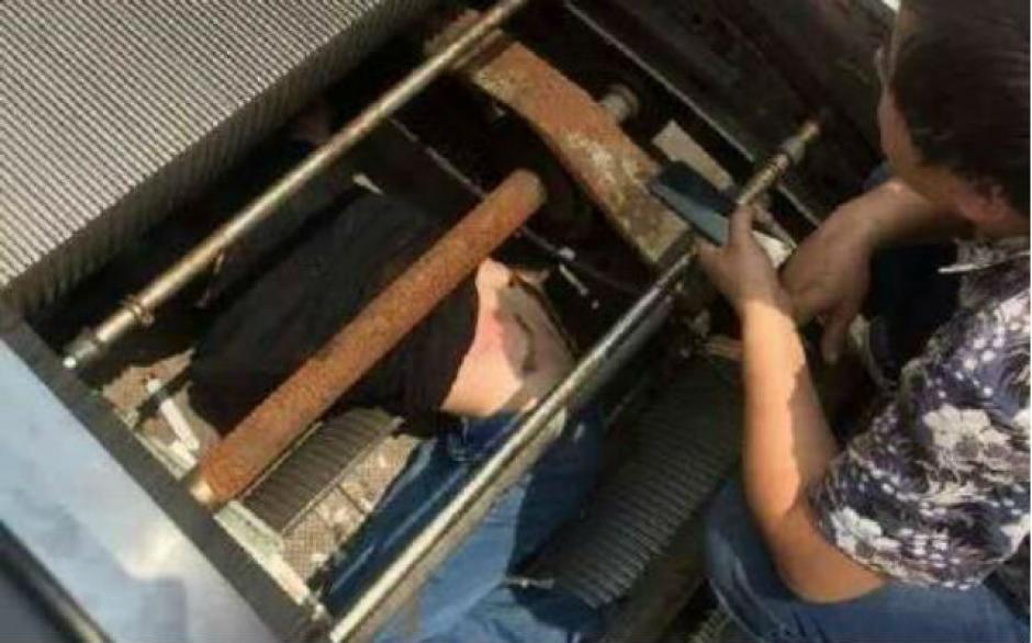 El hombre sufrió varias heridas tras ser prensado con partes de metal. (Foto: shanghaiist.com)