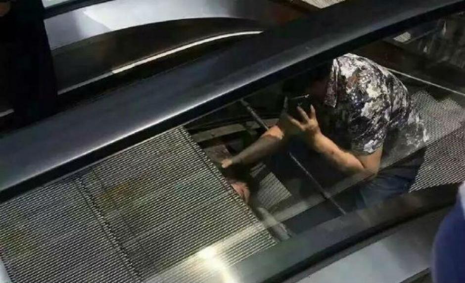 Varias personas acudieron rápidamente a ayudar al hombre. (Foto: shanghaiist.com)