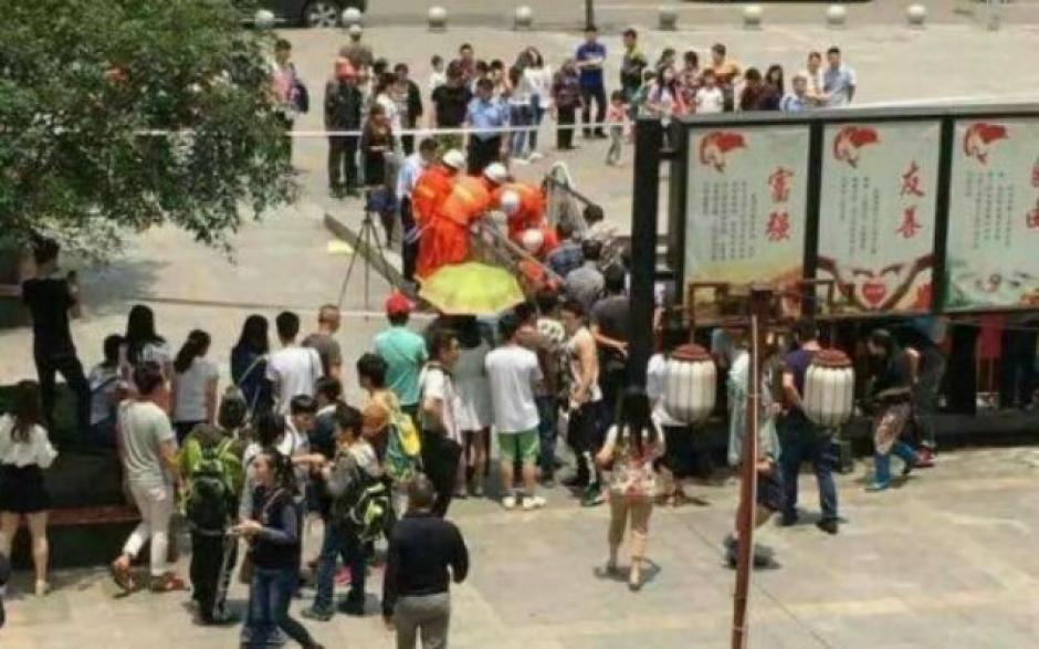 Bomberos y paramédicos llegaron a rescatar al hombre atrapado. (Foto: shanghaiist.com)