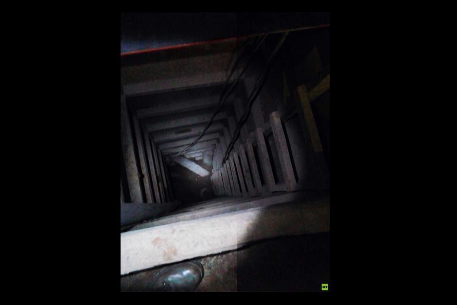 La escalera colocada para sacar la tierra del lugar mide unos diez metros, por lo que los trabajadores necesitaron de equipo adecuado para efectuar la labor.(Foto: RT Actualidad)