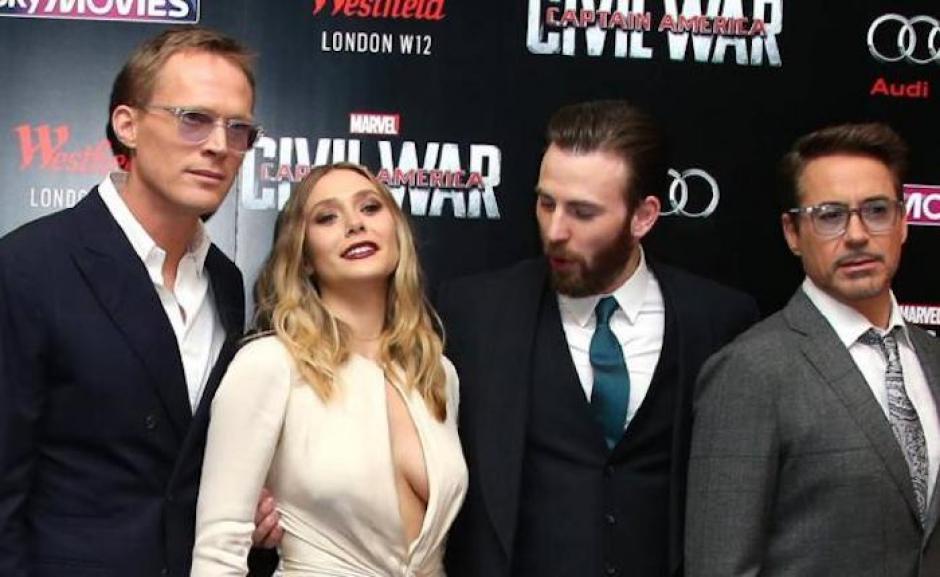 """La mirada indiscreta de Chris Evans a Elizabeth Olsen fue captada y convertida en """"memes"""". (Imagen: sopitas.com)"""