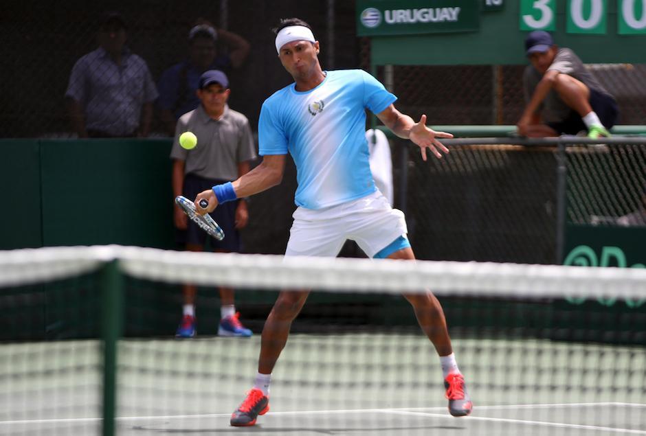Díaz Figueroa en plena acción de su partido de Copa Davis por la permanencia en el grupo dos de la zona americana. (Foto: COG)