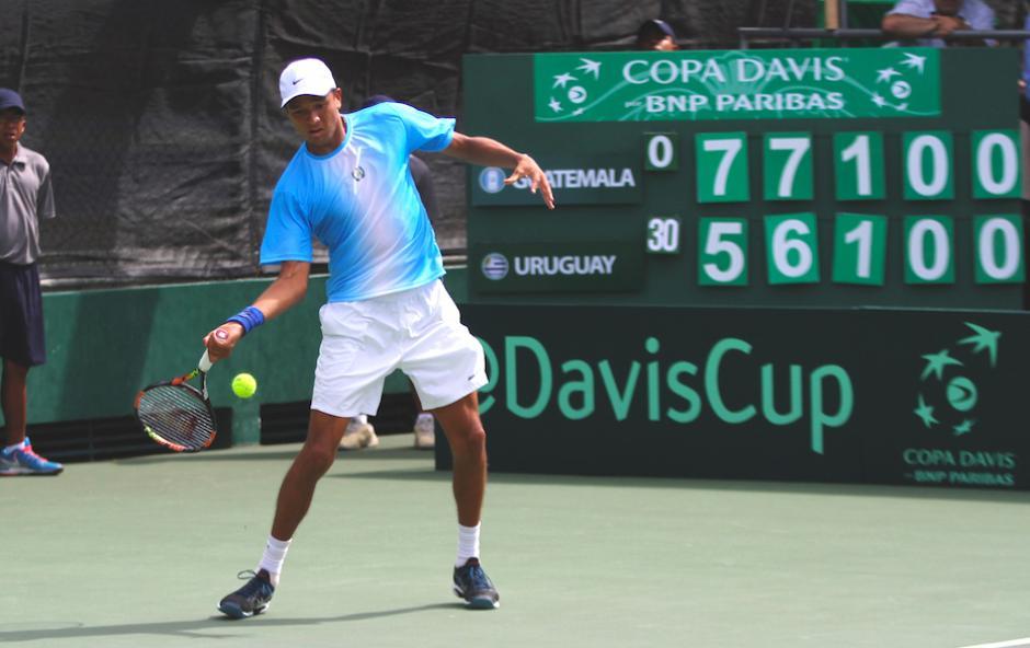 Wilfredo González en pleno partido de Copa Davis entre Guatemala y Uruguay. (Foto: COG)