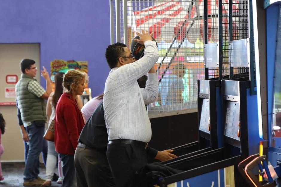 Niños y adultos pueden divertirse con los nuevos juegos. (Foto Alejandro Balán/Soy502)